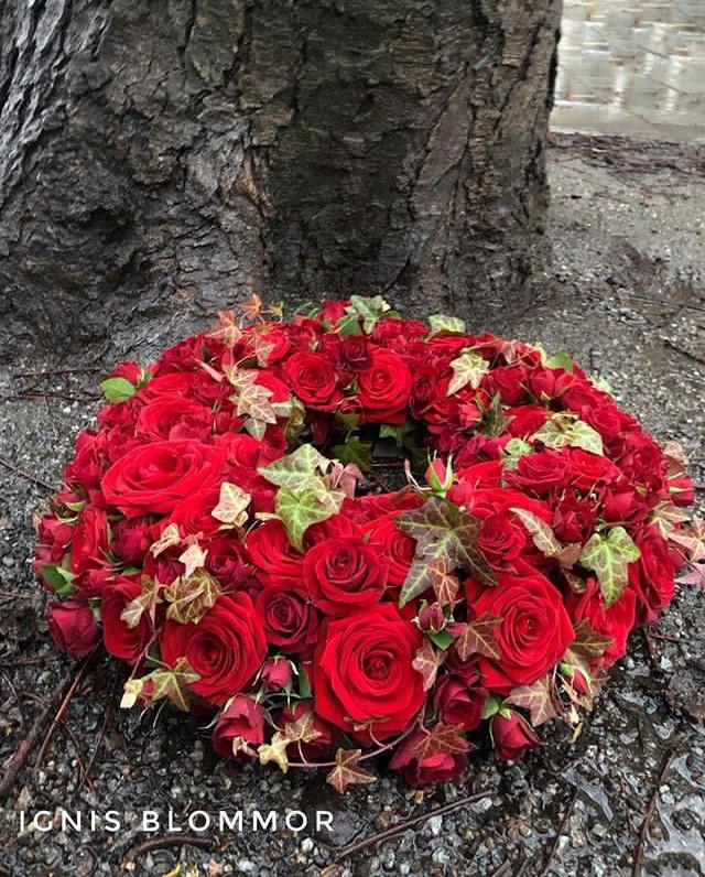 Krans med röda blommor