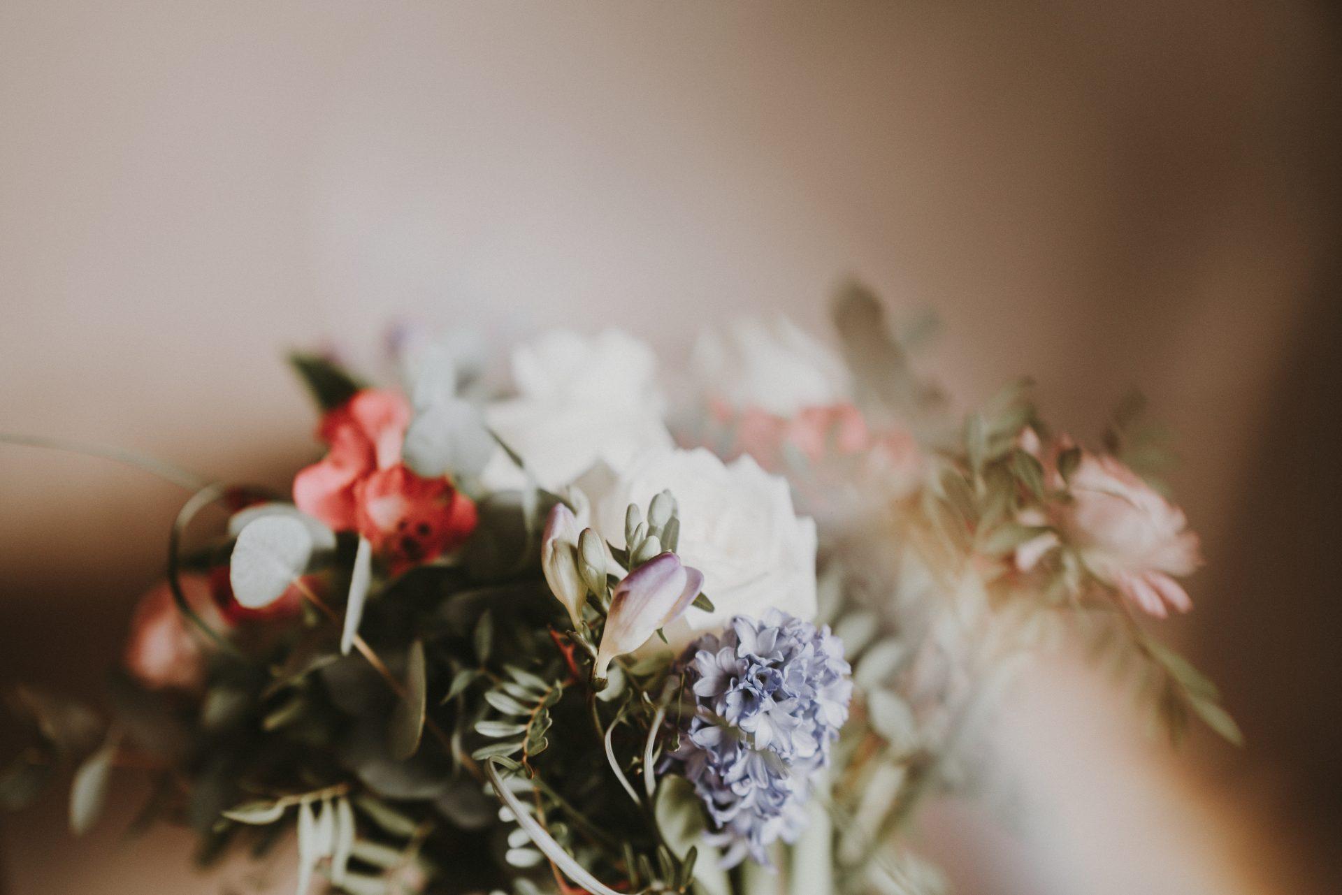 En bukett blommor.