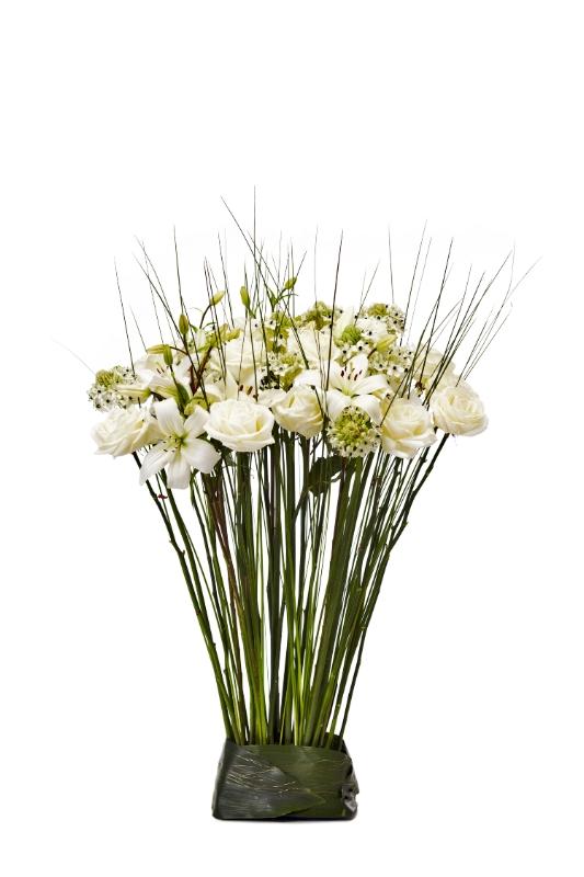 Stående blomsterarrangemang med ros, lilja, stålgräs.
