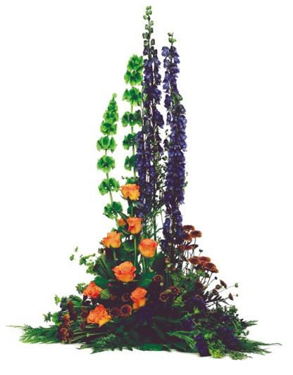 Hög blomdekoration med aconitum och rosor.