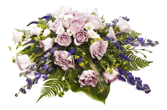 Blombukett med rosor och stormhatt.