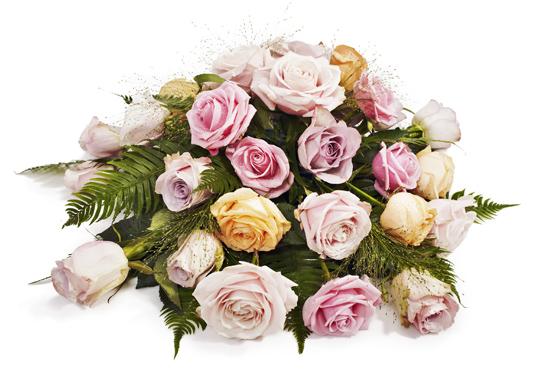 Låg blombukett med rosor i milda toner.