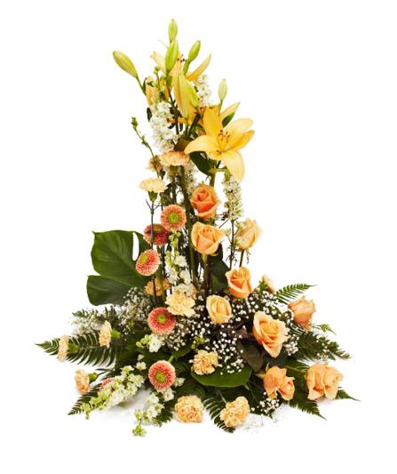 Hög blomdekoration med liljor, rosor och nejlikor.