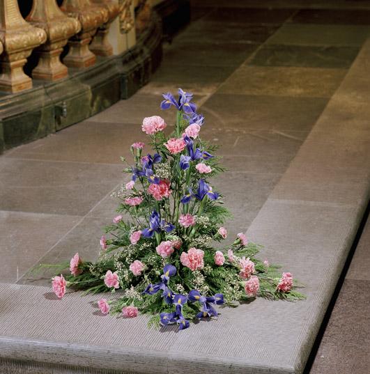 Bukett med rosa nejlikor, blå iris och brudslöja.