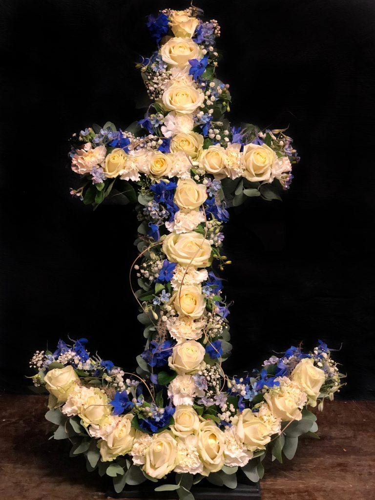 Ett blomsterbinderi i form av ett ankare.