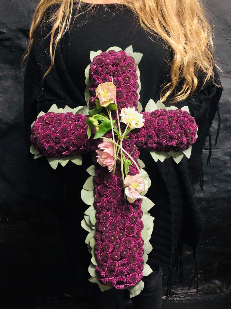 Ett blomsterbinderi i form av ett kors.