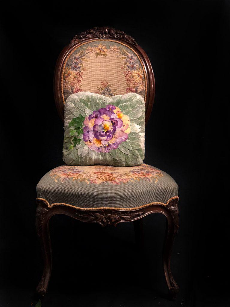 Ett blomsterbinderi i form av en kudde.