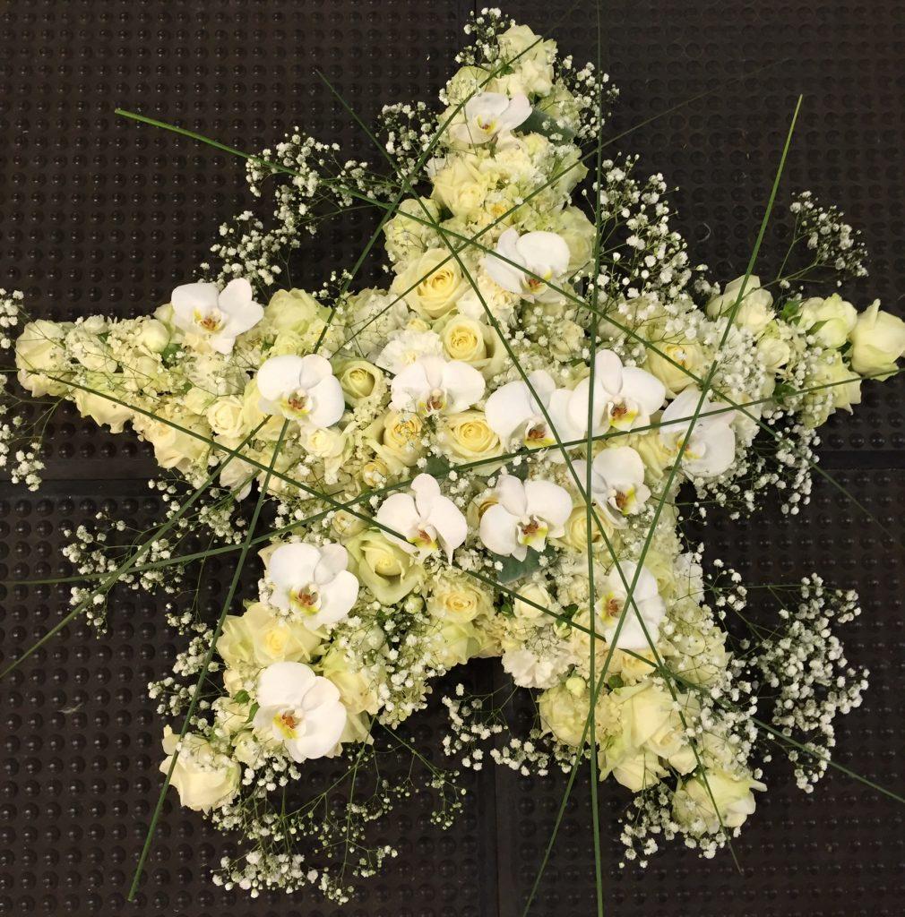 Ett blomsterbinderi i form av en snöflinga.