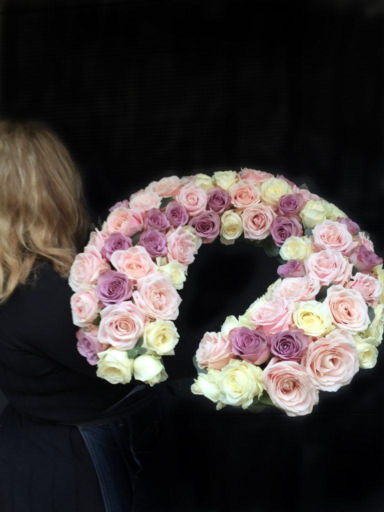 Ett blomsterbinderi i form av en hästsko.