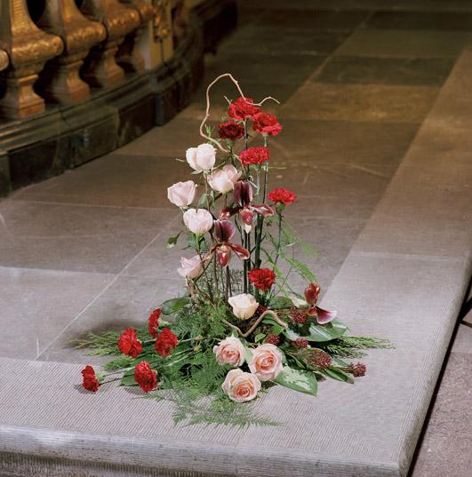 Stilren bukett med rosor, nejlikor och orkidé.