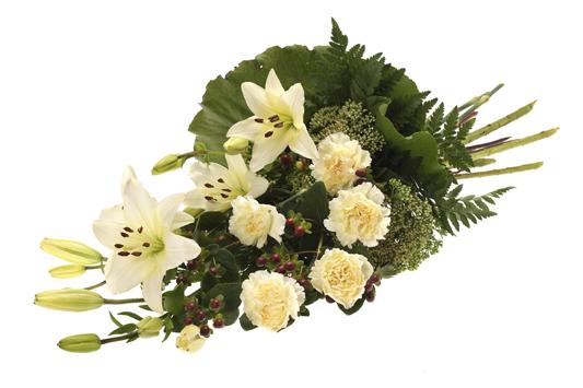 Handbunden bukett med liljor och nejlikor.