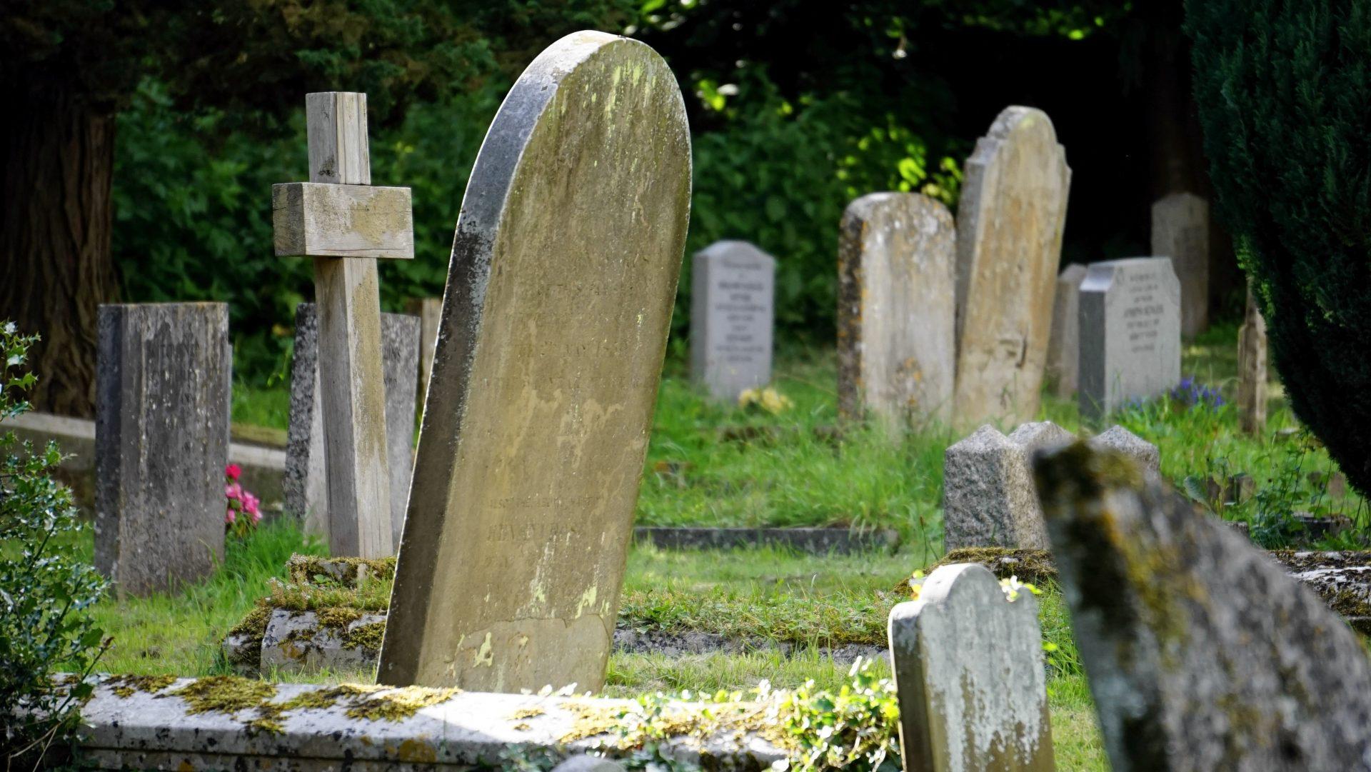 Kyrkogård med gravstenar