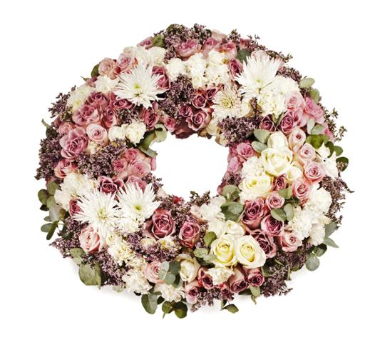 Blomkrans med vita, gula och rosa blommor.