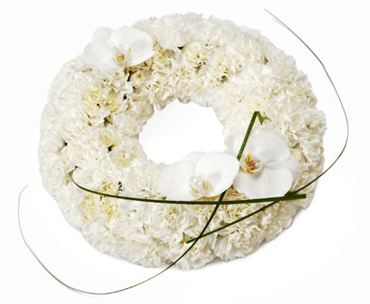 Blomkrans av vita blommor.