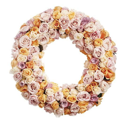 Blomkrans med rosa och gula rosor.