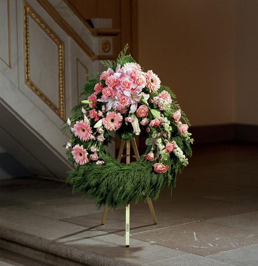 Blomkrans med blommor i rosa toner.