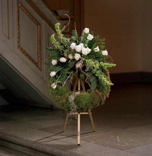 Blomkrans med vita tulpaner.